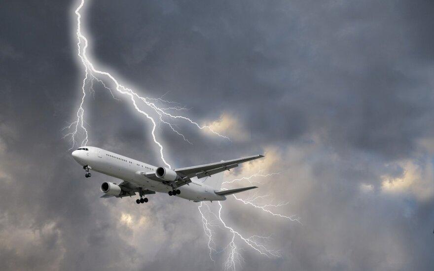 Į rusų turistus skraidinusį lėktuvą trenkė žaibas