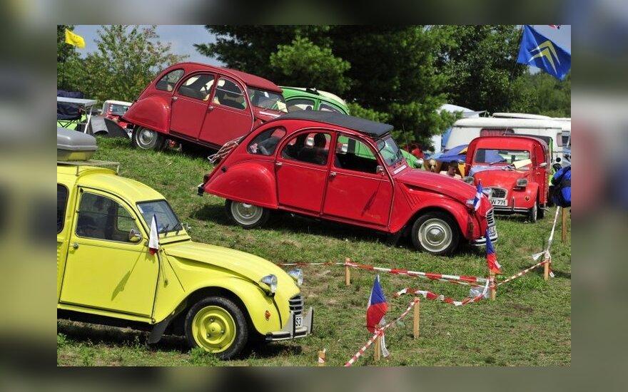 """Į susitikimą suvažiavo rekordiškai daug """"Citroën 2CV"""" automobilių"""