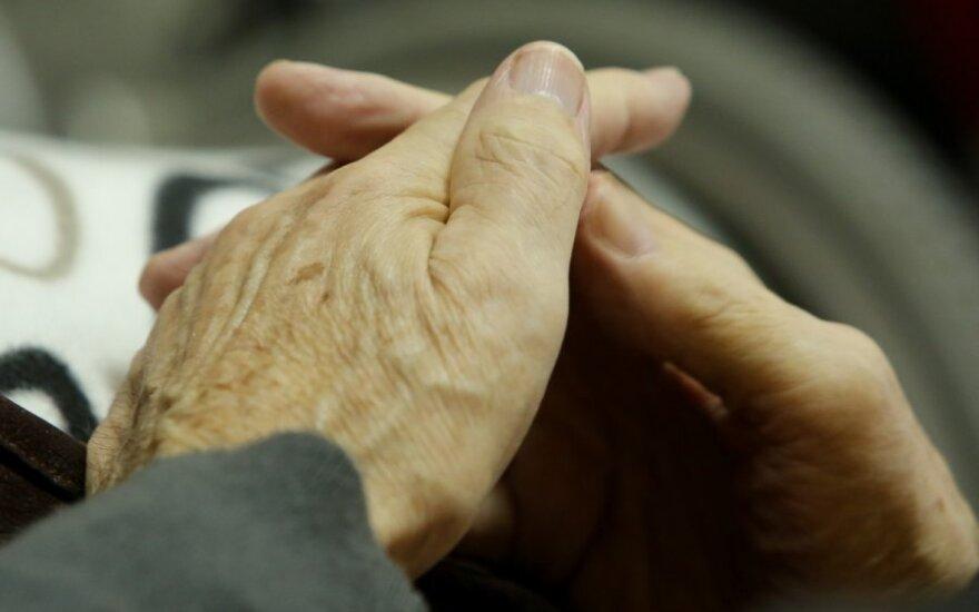 Policija į areštinę uždarė 86 metų senolį, nes šis pastūmė žmoną