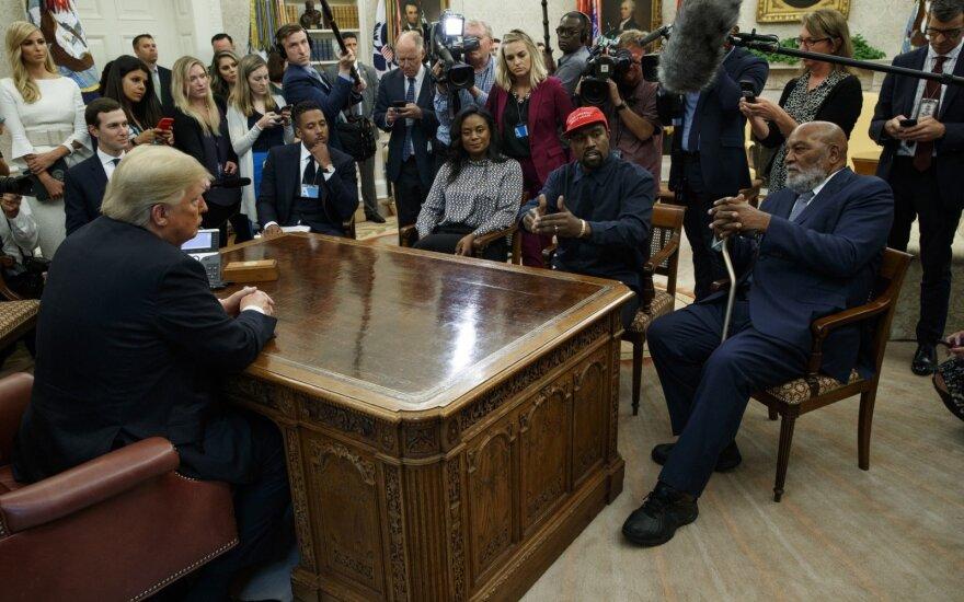 Su reperiu Kanye pietausiantis Trumpas sieks juodaodžių rinkėjų palaikymo