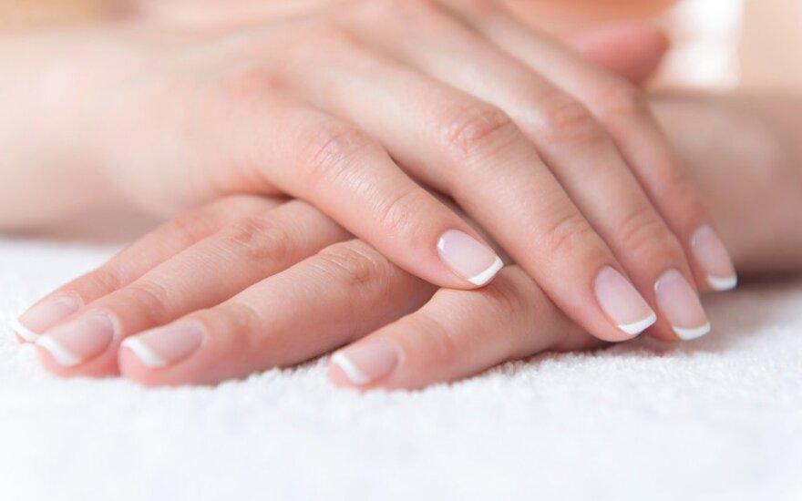 5 paprasti būdai, kaip grąžinti nagams pirminį baltumą ir blizgesį