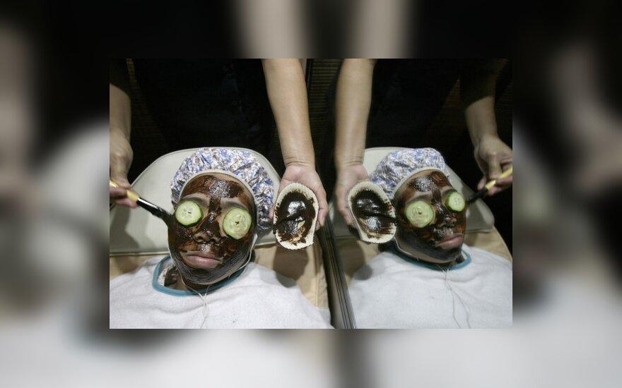 Filipinietė grožio salone mėgaujasi šokolado kauke už 12.56 USD