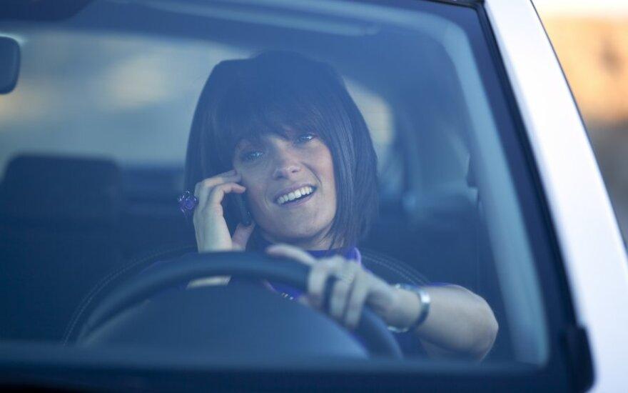 Vairuotojų dažniausi pažeidimai: kalbėjimas telefonu ir greičio viršijimas