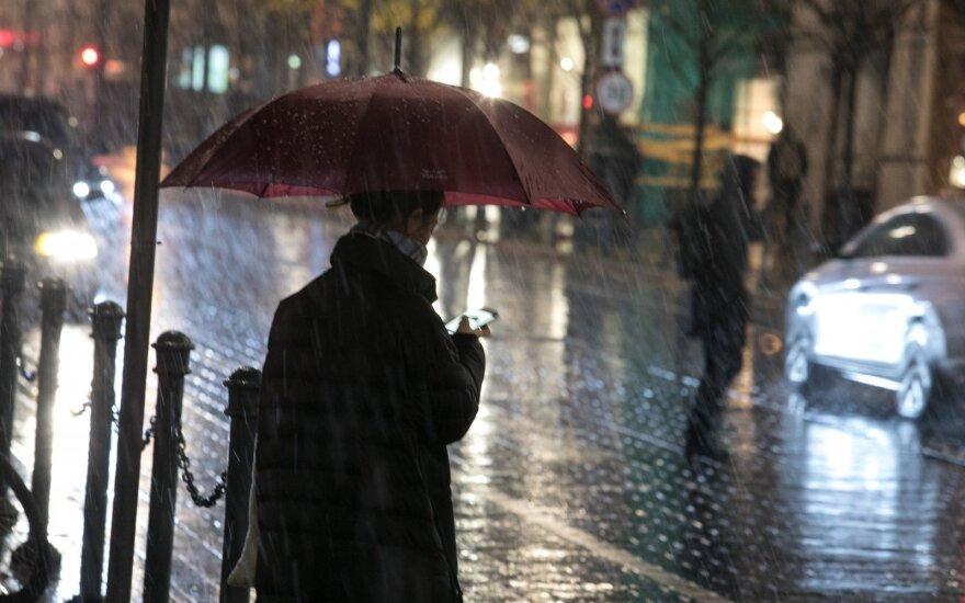 Šiluma kol kas nesitrauks, bet lietaus klius beveik visai Lietuvai