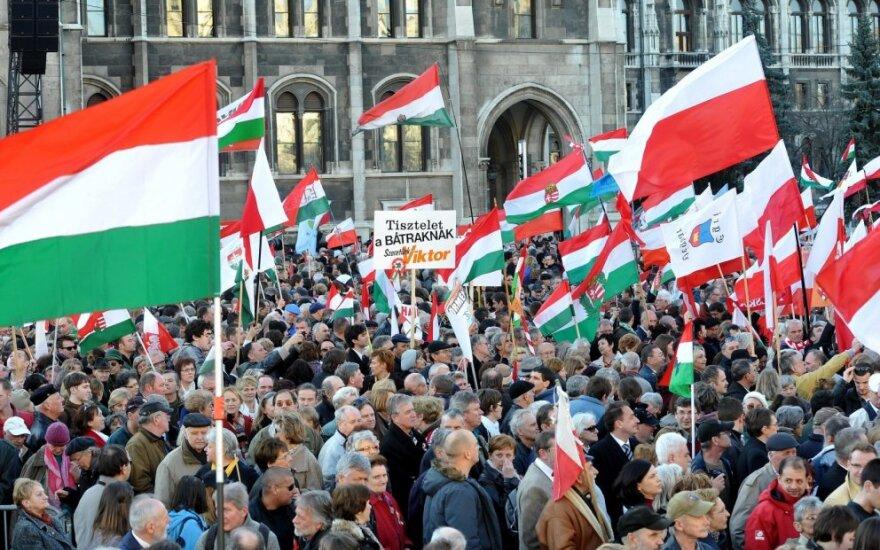 Vengrai švenčia ir protestuoja, o V. Orbanas sako tesiekiąs ES pagarbos
