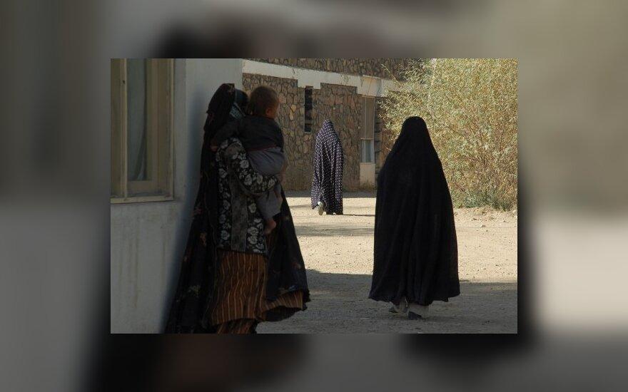 Afganistane 13 metų nuotaka išvengė vedybų, bet ne botago kirčių