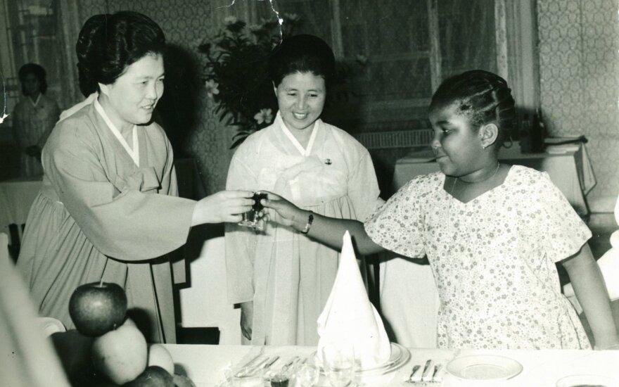 Kim Song Ae (kairėje)