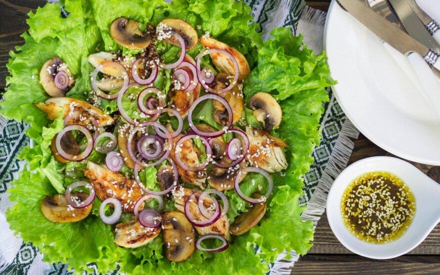 Vištienos ir pievagrybių salotos