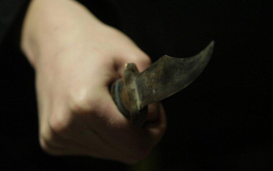 Moterį sumušęs sugyventinis peiliu smogė sau į pilvą