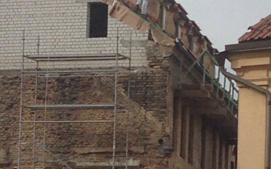Užfiksavo ant stogo užsilipusį bebaimį