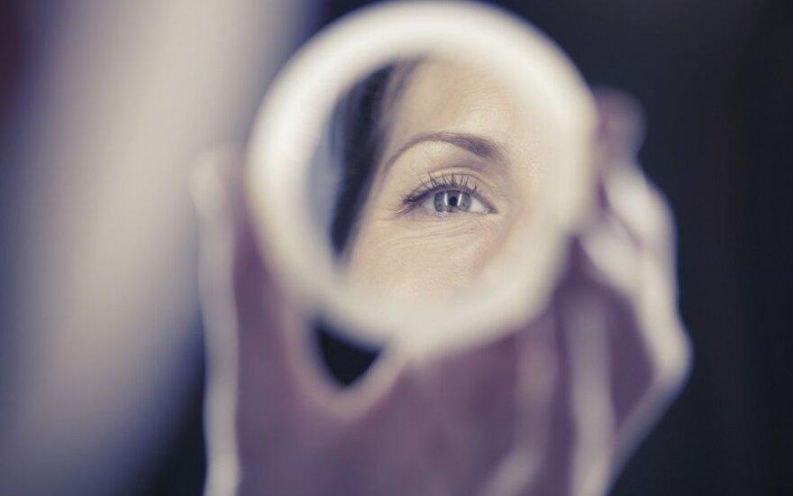 Pažvelkite į veidrodį – štai, ką apie jūsų sveikatą pasako veido raukšlės