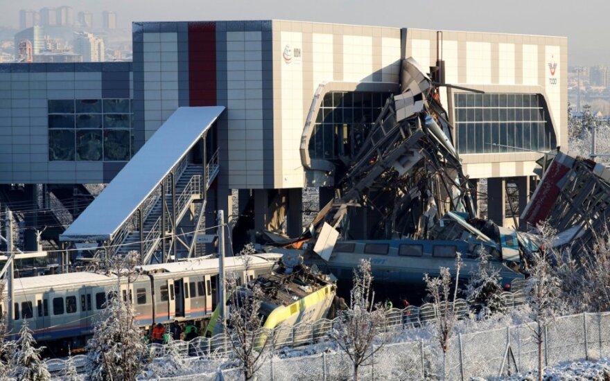 Traukinio avarijos Ankaroje aukų padaugėjo iki septynių