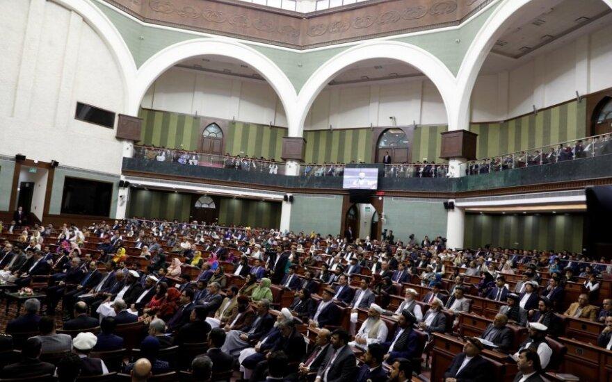 Afganistane pusmetis po sukčiavimo temdytų rinkimų prisaikdinti parlamentarai