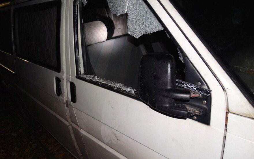 Du neblaivūs jaunuoliai prisisiautėjo - apgadino vienuolika automobilių