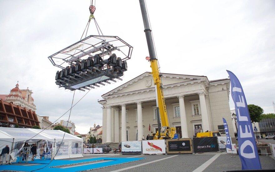 """""""Dinner in the Sky"""" buvo pristatytas į Lietuvą atvykstantis """"Gurmanų teatro"""" šou"""