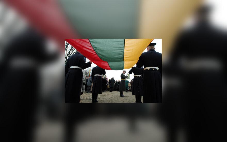 Kariai neša Lietuvos vėliavą