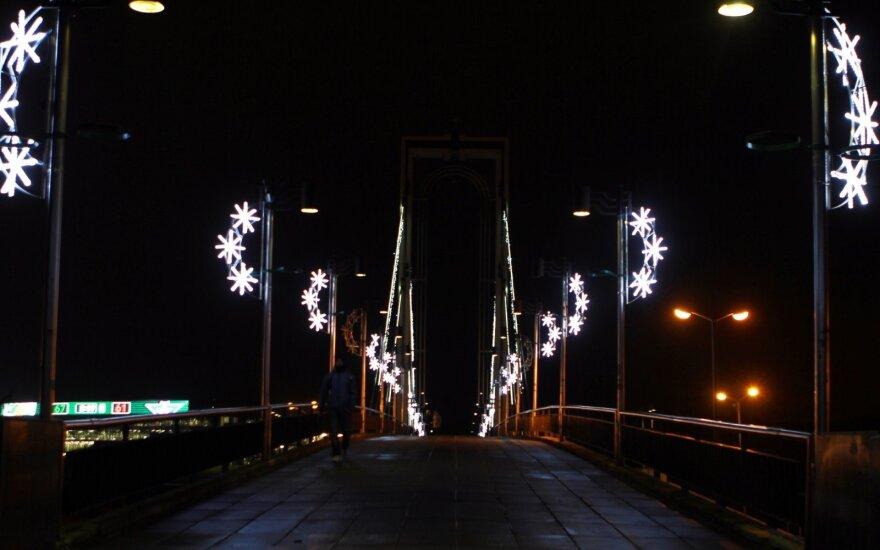 Kaunas ruošiasi Kalėdoms: šventiškai sužibo miesto tiltai