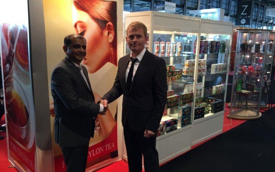 """""""Gemaga"""" direktorius G. Stanevičius ir Šri Lankos koncerno """"Imperial Teas"""" atstovas J. Karunaratne"""