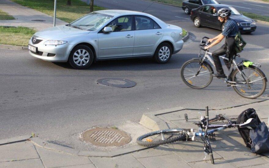 Į avariją patekęs dar vienas dviratininkas: ar matėt, kad kas nors per gatvę stumtų dviratį?