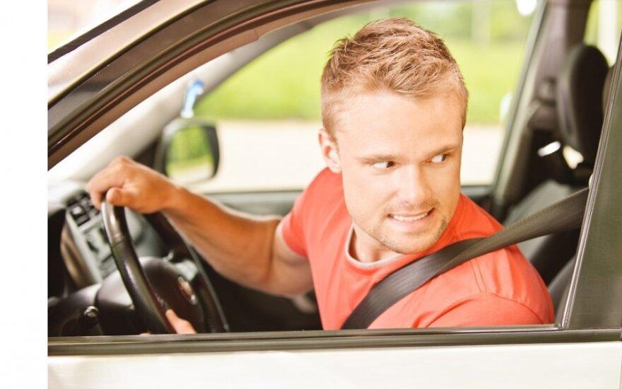 Nori jauniems vairuotojams uždrausti važinėti naktį