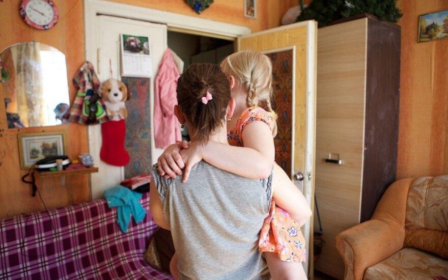 Neįgaliai vienišai mamai skyrė būstą be dušo: eis maudytis į upę