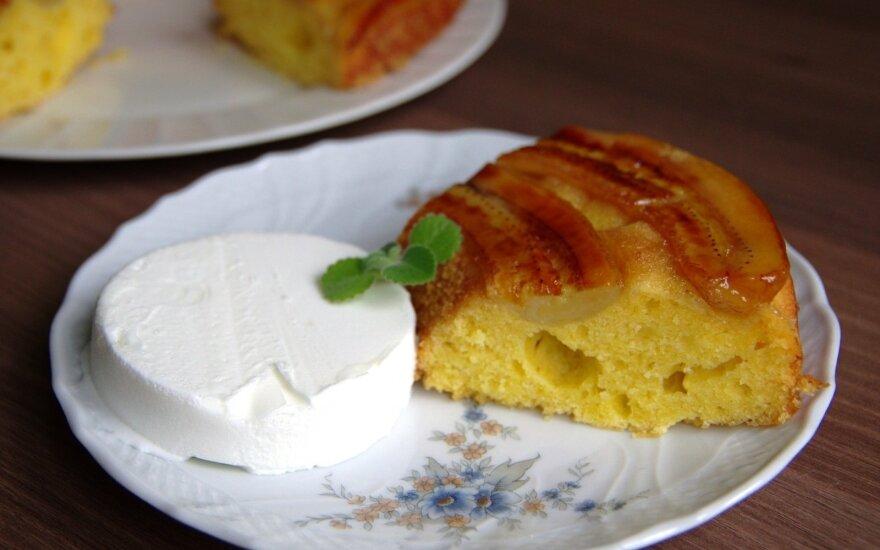 Apverstas pyragas su karamelizuotais bananais ir ledais