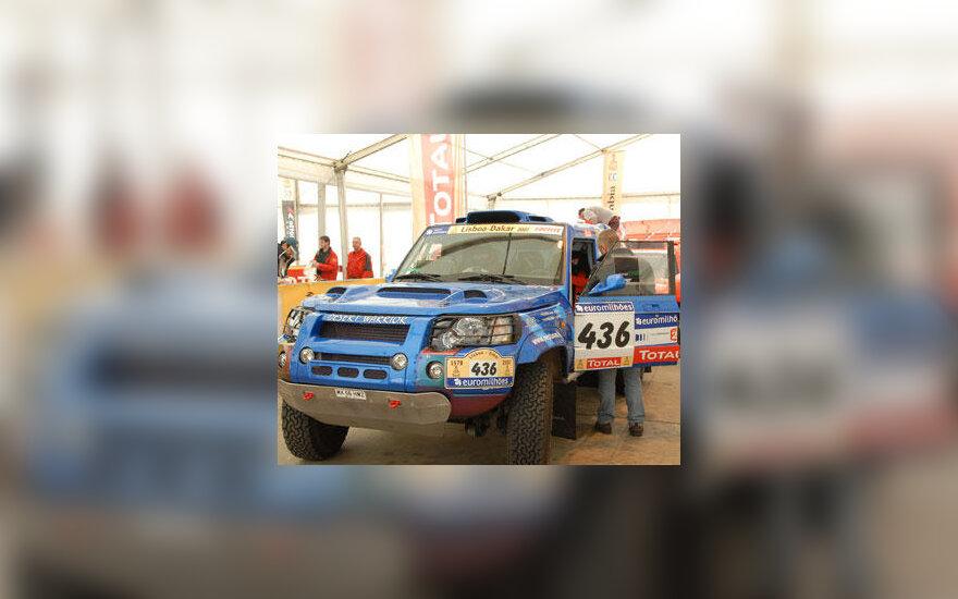 """""""Neptūno"""" komandos automobilis """"Desert Warrior"""" praeina patikrinimą prieš Dakaro ralį"""