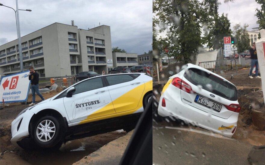 Prie Vilniaus oro uosto automobilis nuvažiavo nuo kelio ir pakibo ore