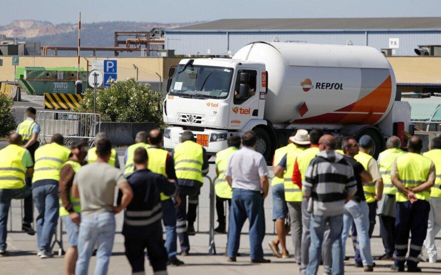 Portugalijoje prasidėjo benzinvežių vairuotojų streikas, neveikia šimtai degalinių