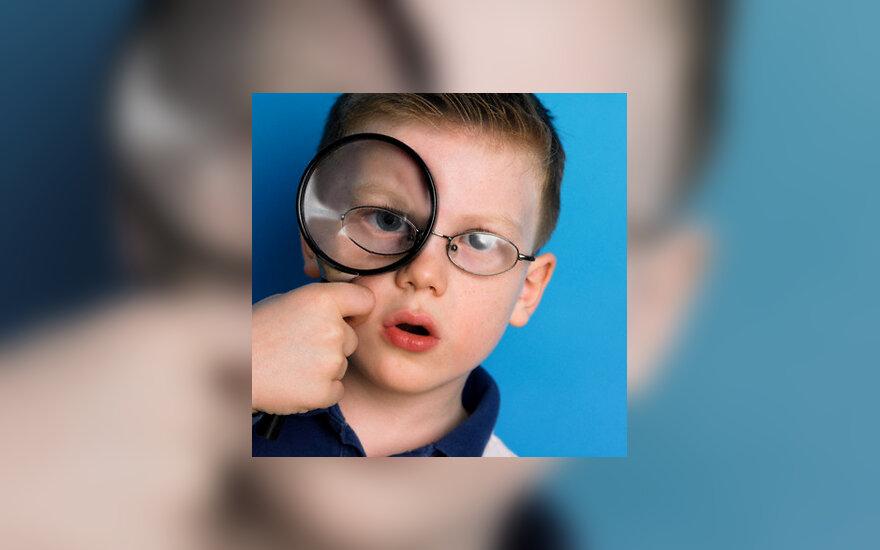 Berniukas su akiniais