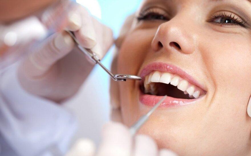 Apklausa socialiniame tinkle rodo, kad 48 proc. dantis valosi netinkamu laiku