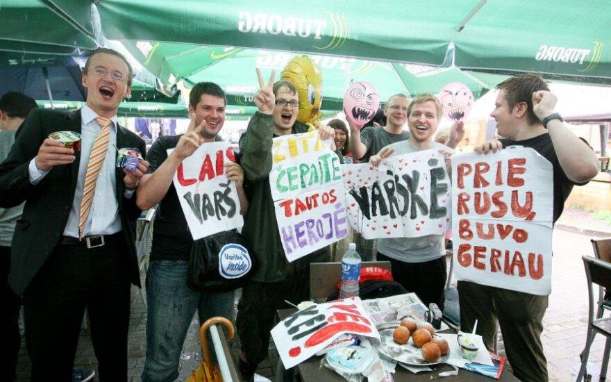 Vilniečiai susirinko į varškės valgymo protestą
