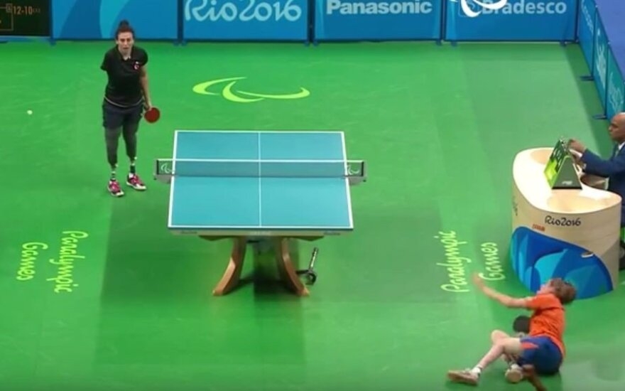 Neįtikėtinas epizodas Rio parolimpiadoje: turkei besidžiaugiant – griūdama laimėjo jos varžovė
