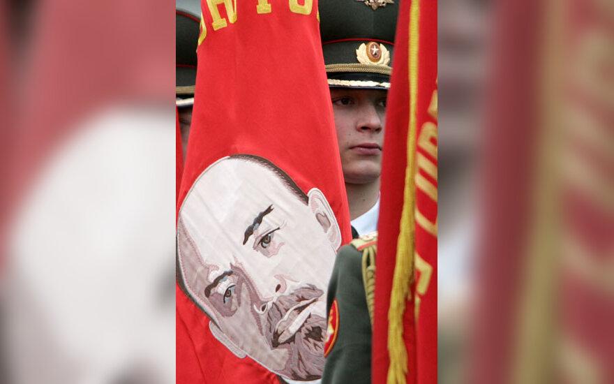 Rusijos karys laiko rankose vėliavą su Lenino atvaizdu per pergalės prieš nacistinę Vokietiją 60-ųjų metinių minėjimą St.Peterburge.