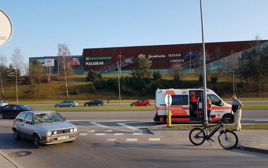 Dar viena nelaimė Vilniuje: automobilis partrenkė dviratininką