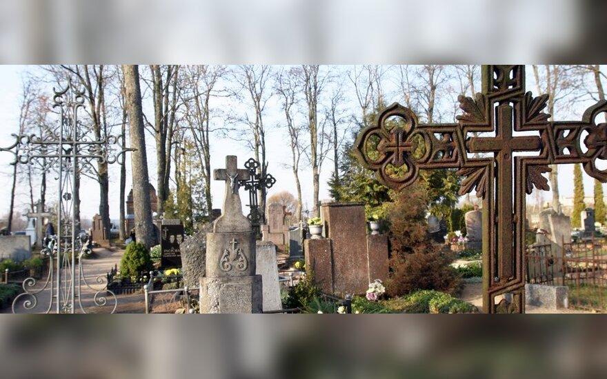 Šiauliuose, kapinių aikštelėje, susimušė dvi moterys ir vyras, vienai prireikė medikų