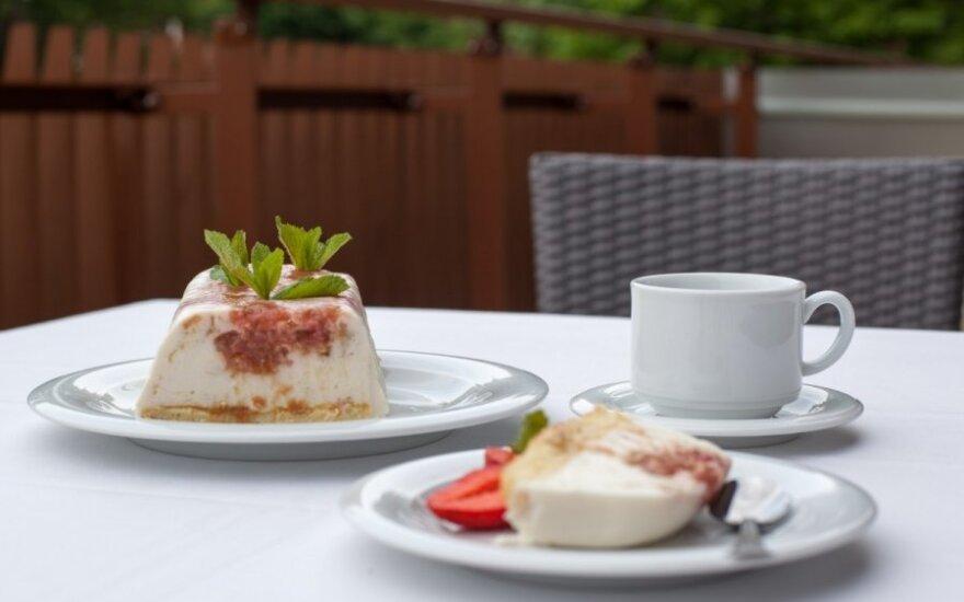 """R. Ničajienės """"Sezoninės virtuvės"""" receptai: jogurto ir grietinėlės desertas su rabarbarais"""