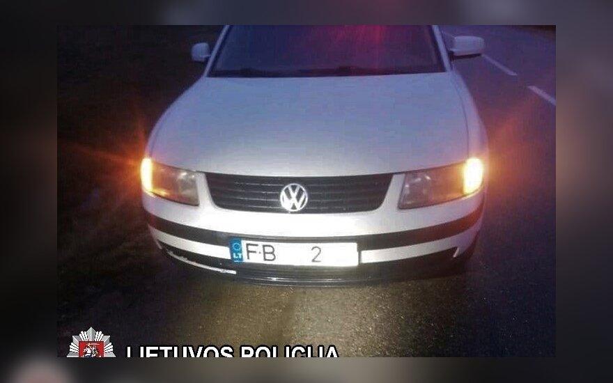 Marijampolietis automobilio numerius uždengė šviesą atspindinčia plėvele