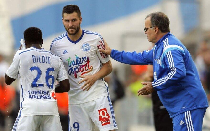 Andre-Pierre'ą Gignacą sveikina Olympique treneris Marcelo Bielsa