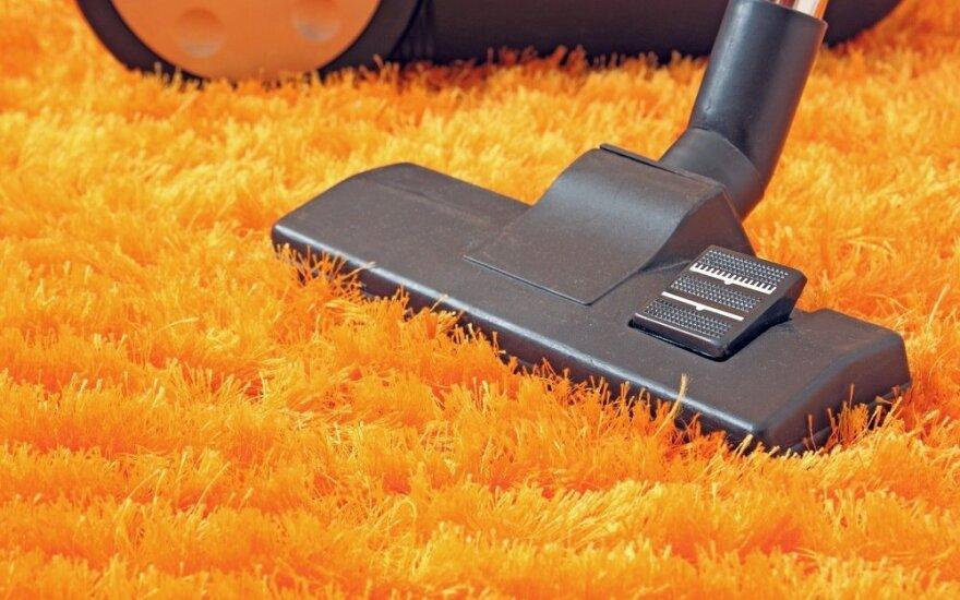 Neįprastų komponentų, bet labai efektyvi naminė priemonė kilimams valyti