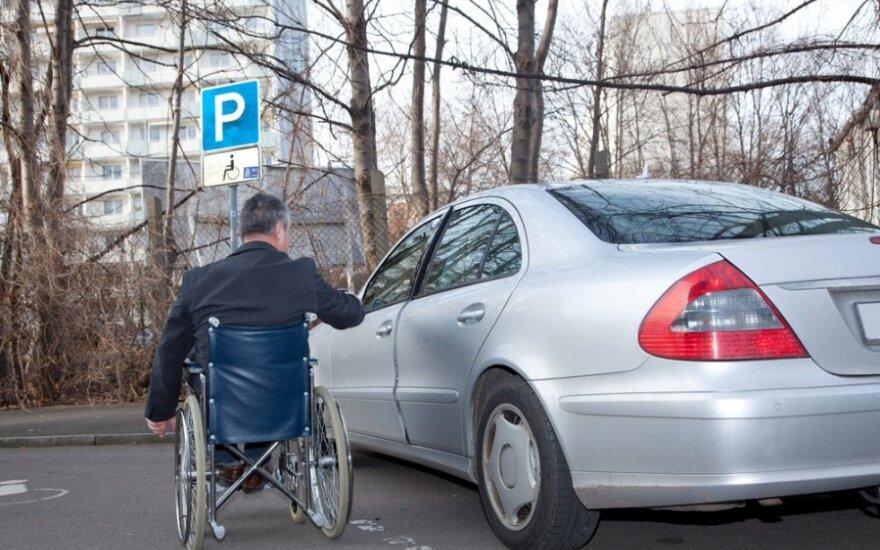 """Vengdami baudų vairuotojai iššlavė lipdukus """"Neįgalusis"""""""