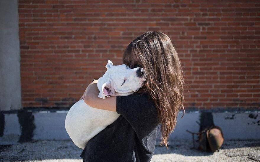 Šeimininkė su šuneliu iš prieglaudos