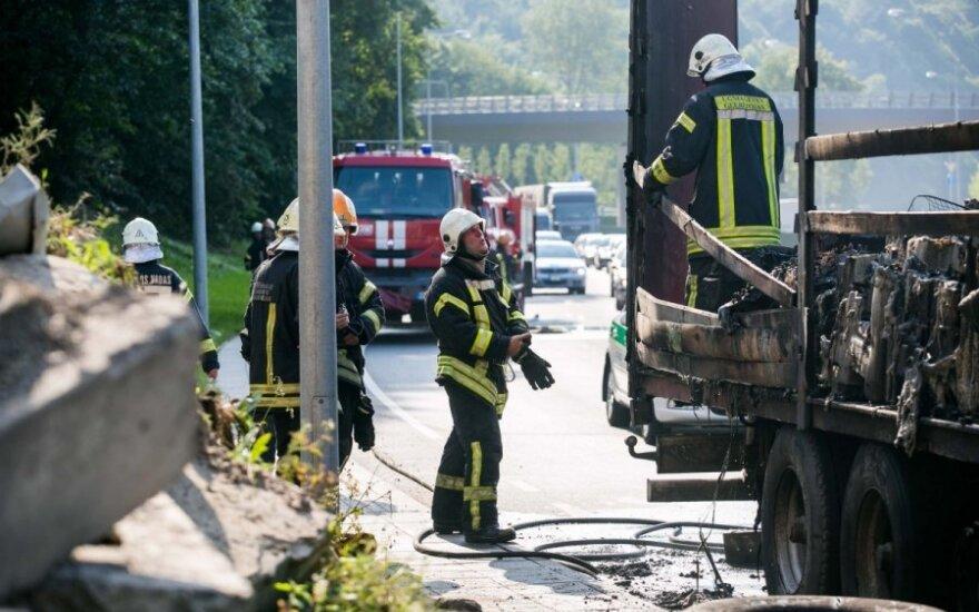 Vilniuje užsidegė krovinį vežęs sunkvežimis, pasigirdo sprogimai