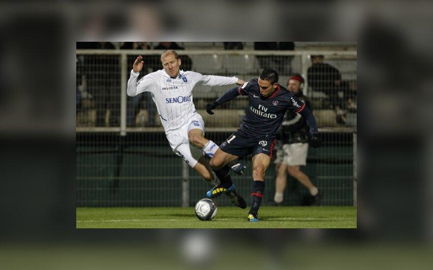 """Stephane'as Grichtingas (""""Auxerre"""", kairėje) kovoja su Mevlutu Erdingu (""""Paris St. Germain"""")"""