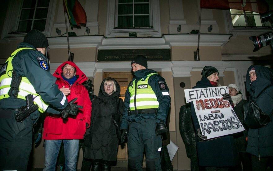 Ruošiamasi masinei protesto akcijai Vilniuje: organizuojami autobusai, bus ir stipriai apsiginklavusių pareigūnų