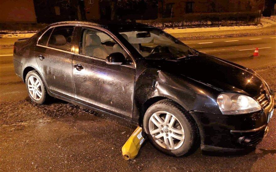 Girtas vairuotojas policininkų akivaizdoje šlavė viską, kas pasipainiojo jo kelyje