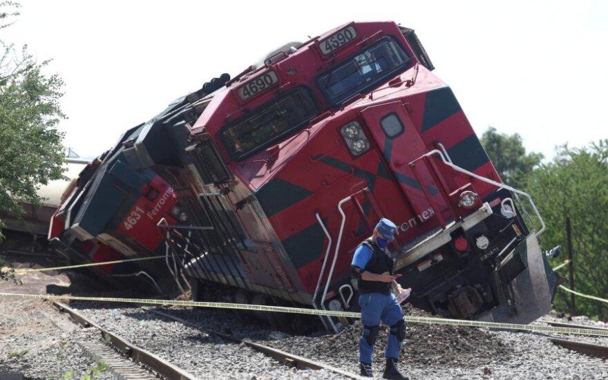Meksikoje nuo bėgių nulėkus ir ant namų nuvirtus traukiniui, žuvo vienas žmogus