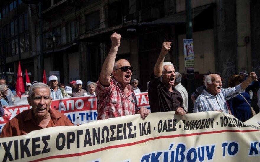 Graikijos sostinėje tūkstančiai žmonių protestuoja prieš taupymo reformas