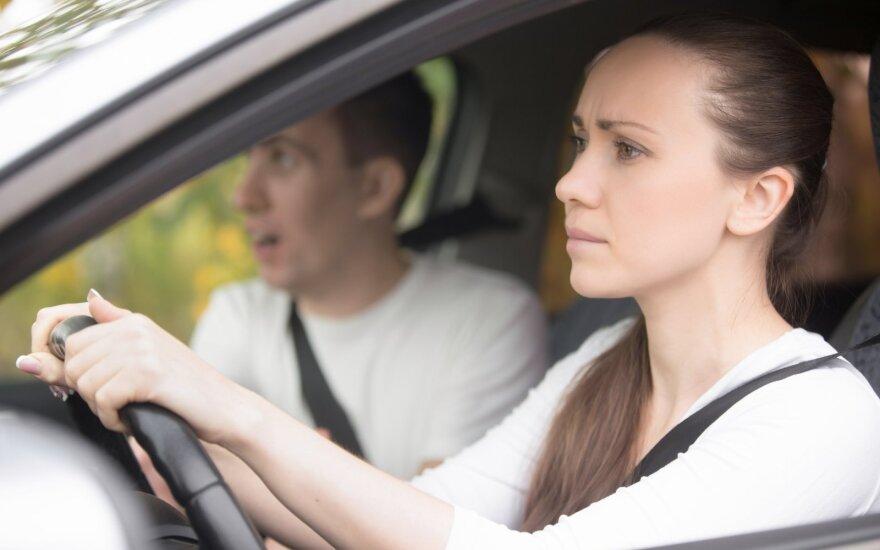 Mergina vairuoti mokėsi ir su šeimos nariais.