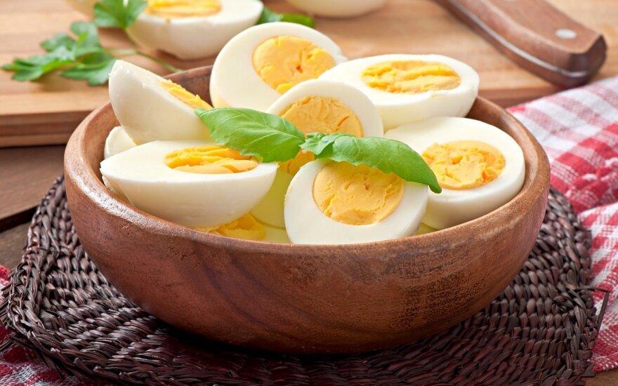 Vieni valgo tik baltymus, kiti giria trynius: kuri kiaušinių dalis vertingesnė?